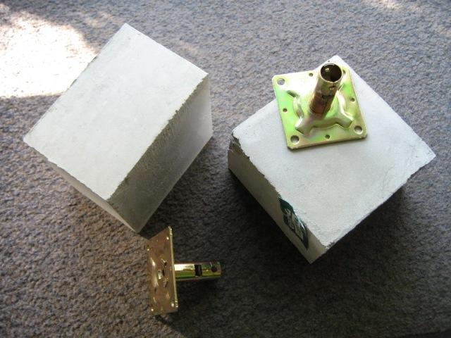 カーポート補強鋼管の先にコンクリートブロックを付ける