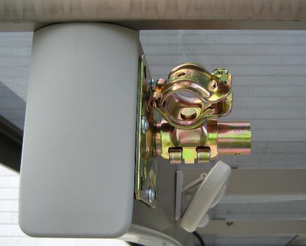 単管ベースに自在クランプを介して単管を固定