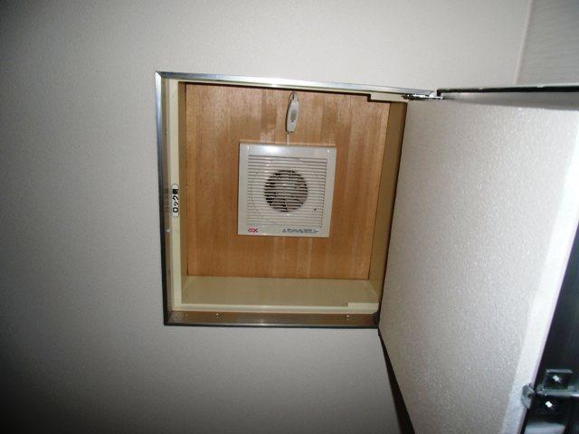 二階天井の点検口換気扇