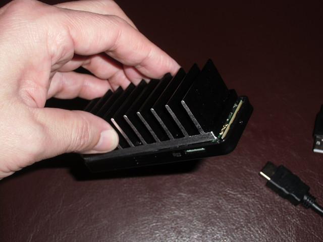 ヒートシンクを貼り付けたスティック型PC 「MS-NH1-W10」
