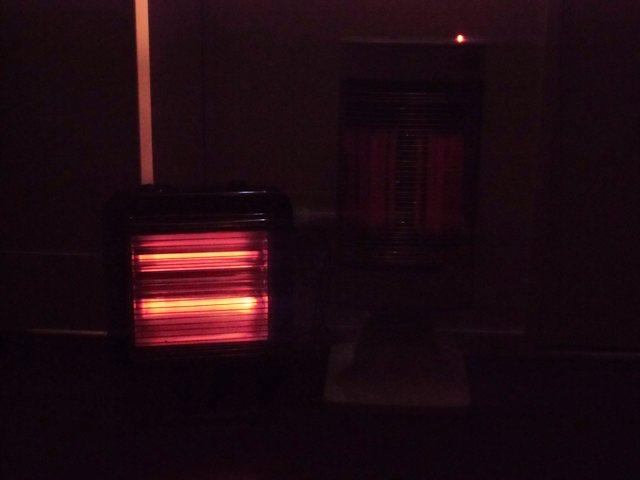 点けると遠赤外線の方は暗いですが暖かいです