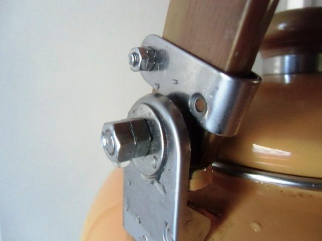 木製の取っ手がストッパーの爪に当たる部分