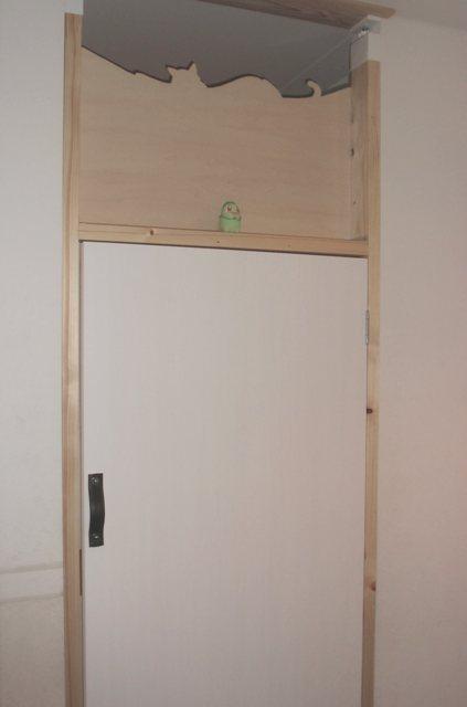 扉上部はべニア板で通せんぼ