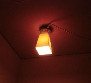 天井は電球色に