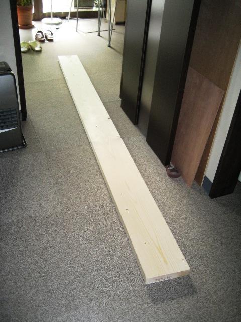 天井裏作業の足場になる予定だった4×8材