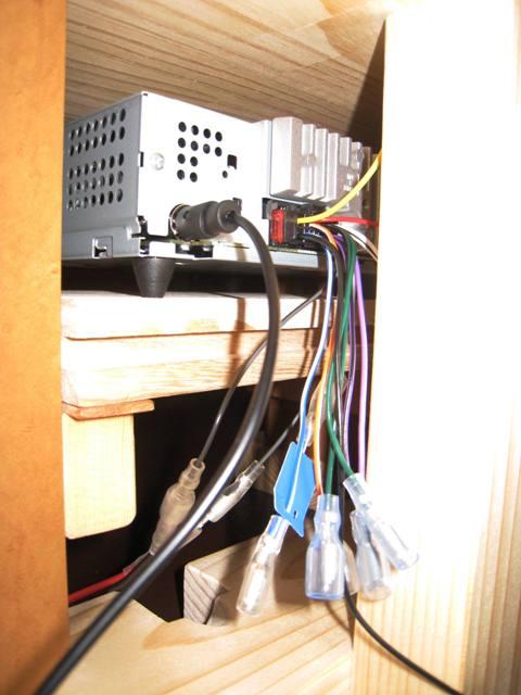 カーステレオデッキの接続にはギボシ端子を繋ぎます