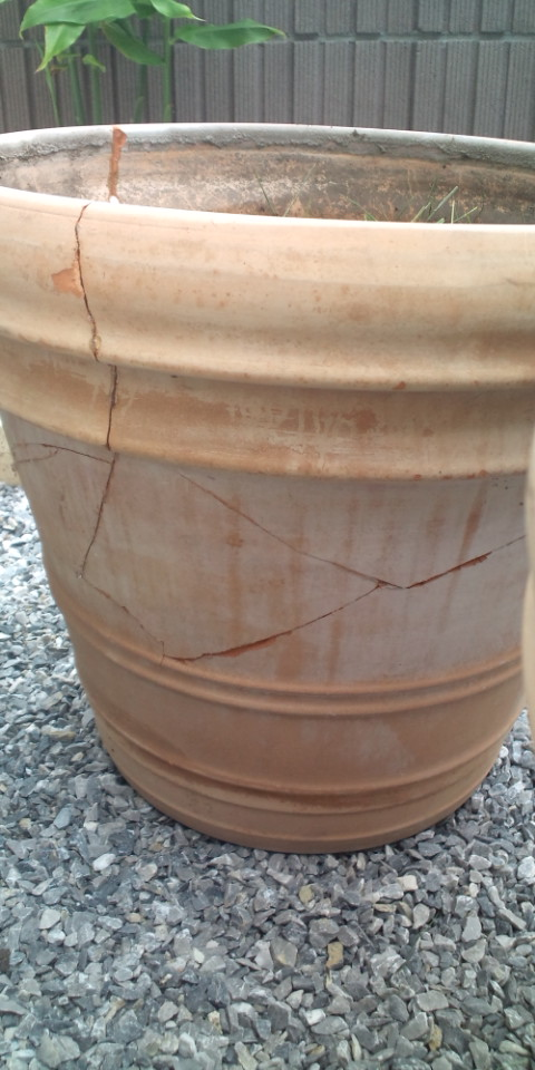 割れたテラコッタ鉢を接着