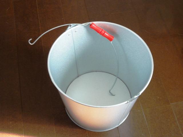 小屋裏換気扇に被せる予定のトタンバケツ