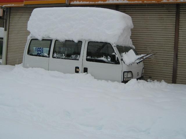 近所の商店の車も雪に埋まり