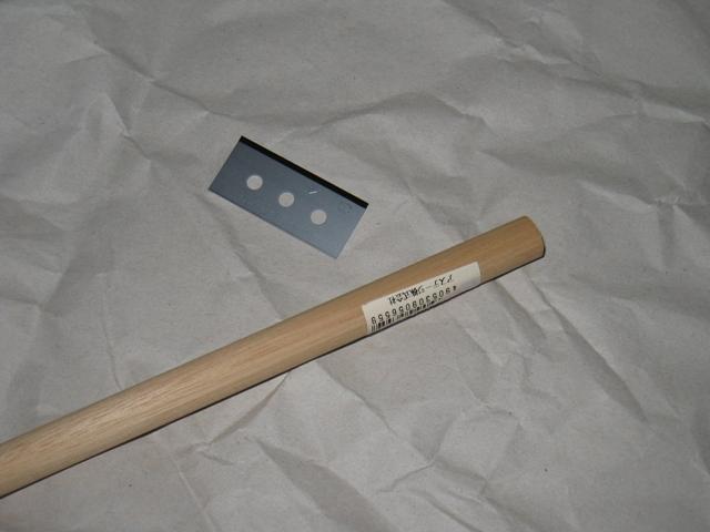 スクレーパーの刃にはセーフティラップカッターの替刃を付ける