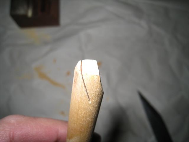 スクレーパーの柄になる部分に剃刀刃厚が挟まる切込み