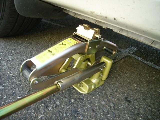 ホイール交換の必需品油圧パンタジャッキ