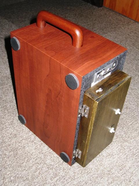 ラジオを背負ったスピーカー