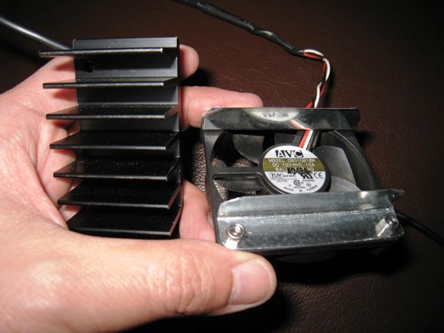 電源ユニットファンに5Vを給電し、ヒートシンクに付ける