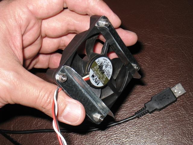 ヒートシンクに付けられるように加工した電源ユニットファン